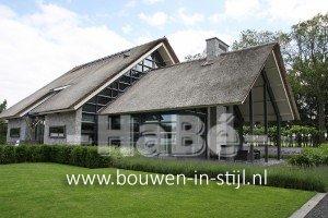 Moderne rietgedekte villa met zwembad