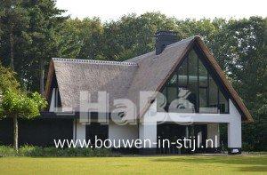 Nieuwbouw moderne villa met rietgedekte kap - achterzijde